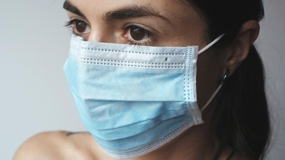 Prefeitura de Sengés - PR: mulher usando máscara de proteção