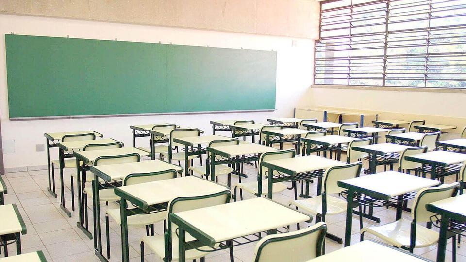 Prefeitura de Sorriso: imagem de sala de aula vista do fundo com quadro negro a frente e janela à direita