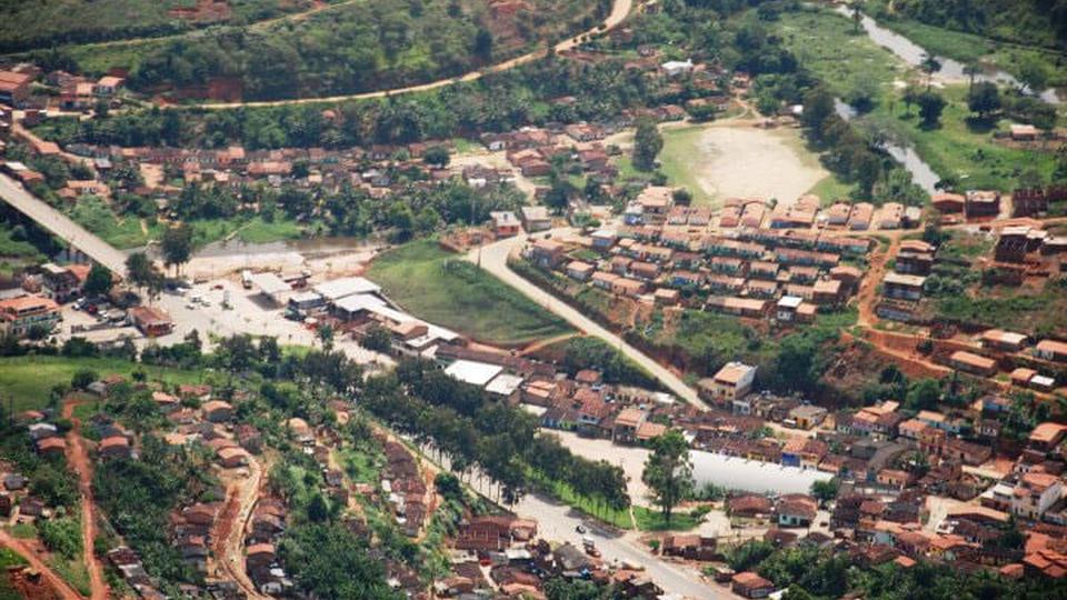 Prefeitura de Teolândia - BA: a foto mostra uma vista panorâmica aérea da cidade de Teolândia, interior da Bahia, vê-se partes arborizadas, casas, ruas e as demais divisões territoriais