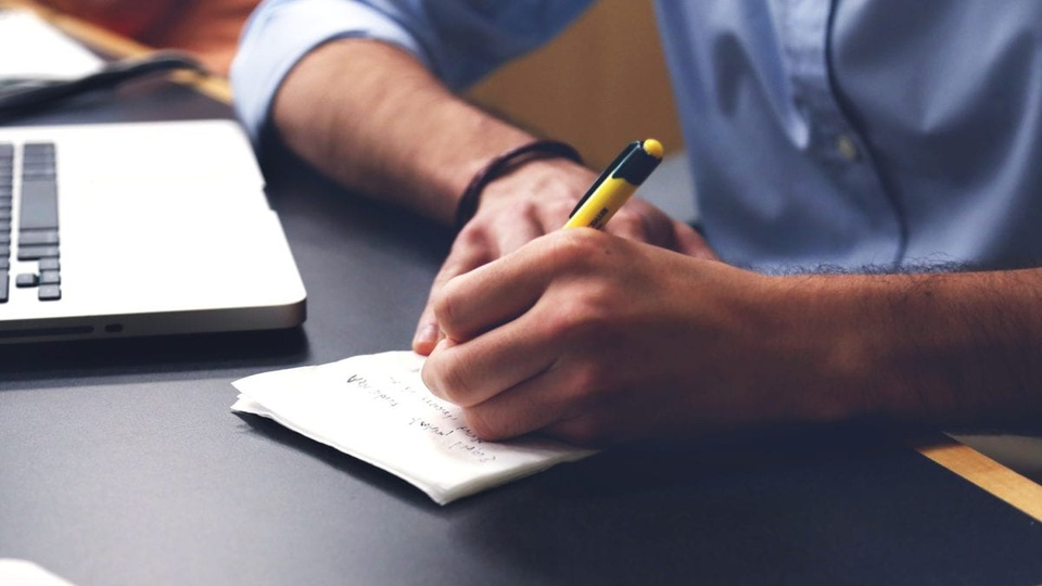 Prefeitura de Vila Rica: homem escreve em folha de papel