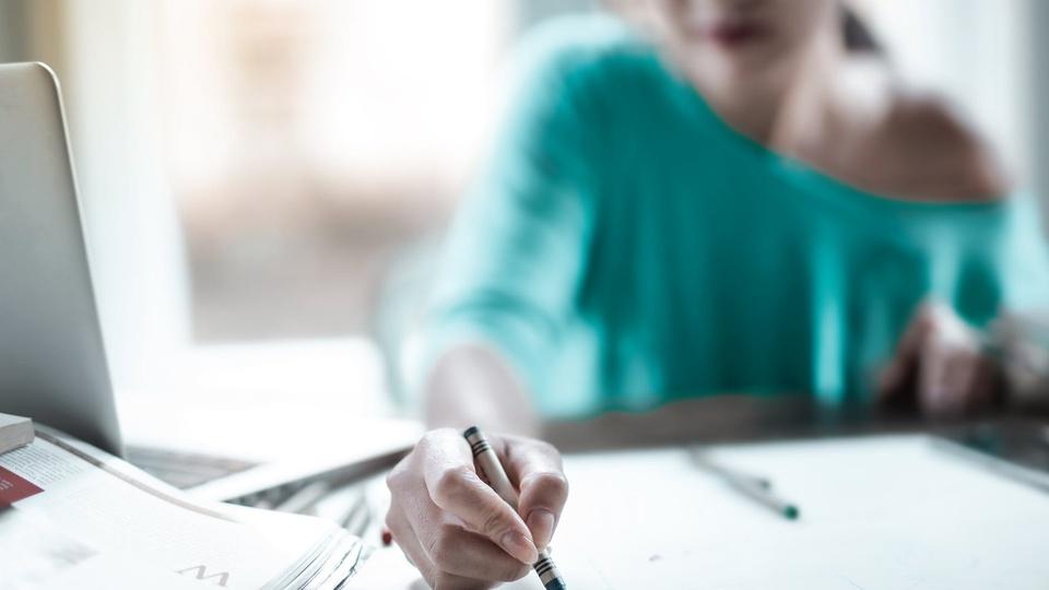 Prefeitura de João Neiva - ES: foco em moça escrevendo em folha de papel