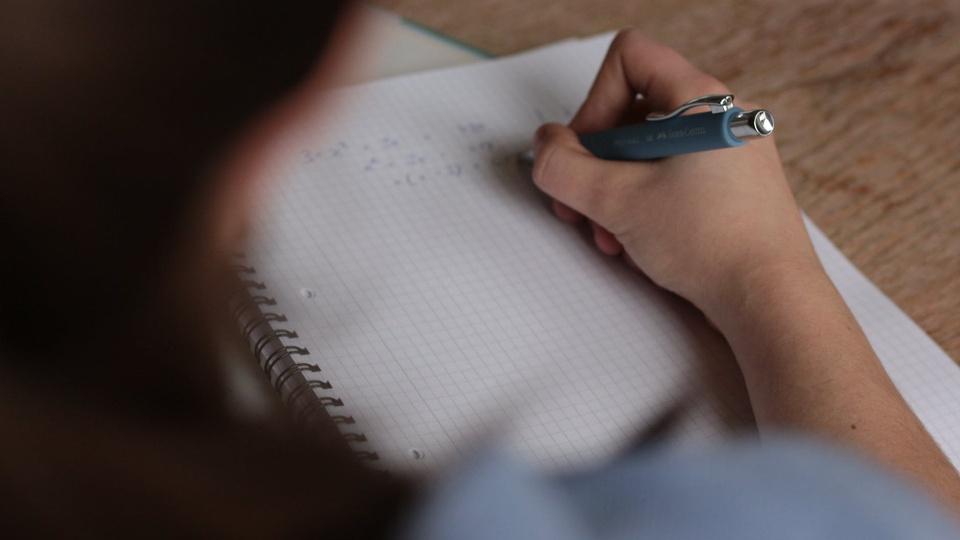 Processo seletivo Prefeitura São Bernardino - SC: foco em mão escrevendo em caderno