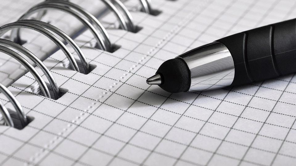 processo seletivo APAC Feminina de Viana: a imagem mostra caneta sem tampa sobre caderno