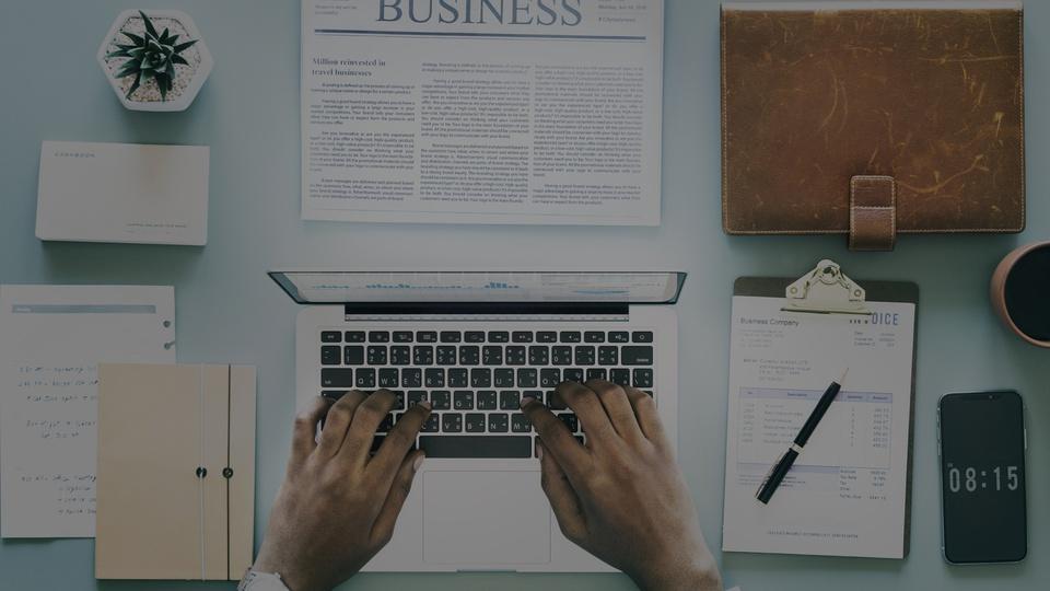Processo seletivo Câmara de Navegantes - SC: mão masculinas digitando em teclado de notebook