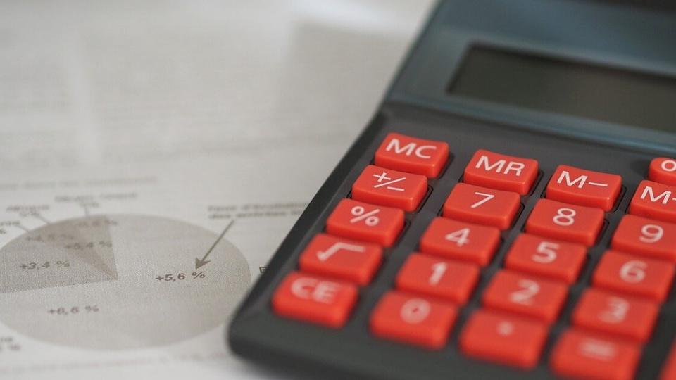 Processo seletivo Câmara de São José do Cedro - SC: calculadora com teclas vermelhas