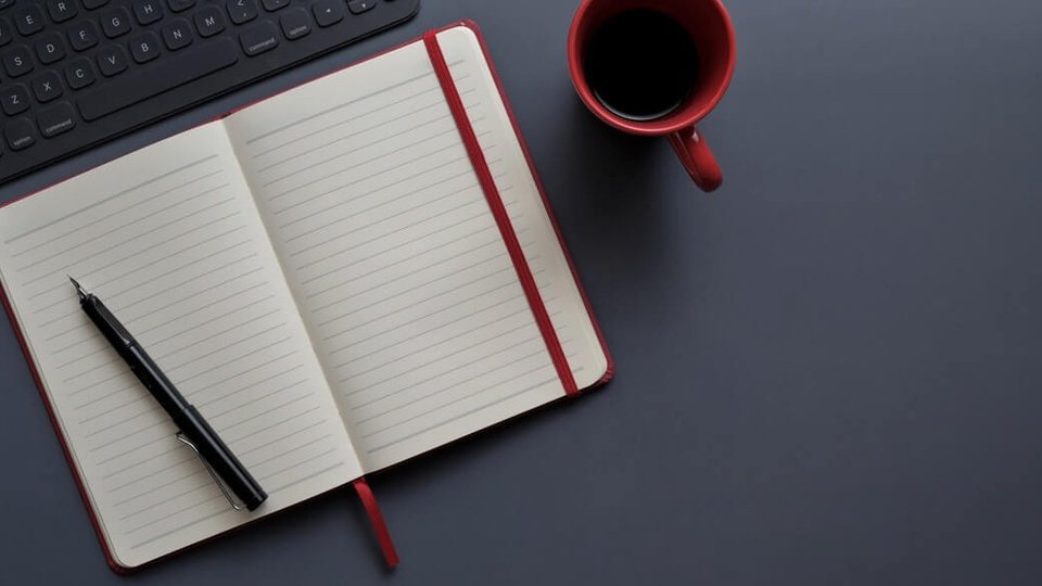 Prefeitura de Lindóia do Sul: a imagem mostra caderno aberto com caneta por cima ao lado de xícara de café