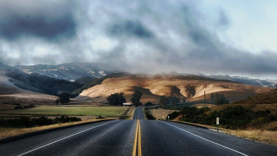 Processo seletivo DER - RO: a foto mostra uma estrada asfaltada e uma paisagem exuberante