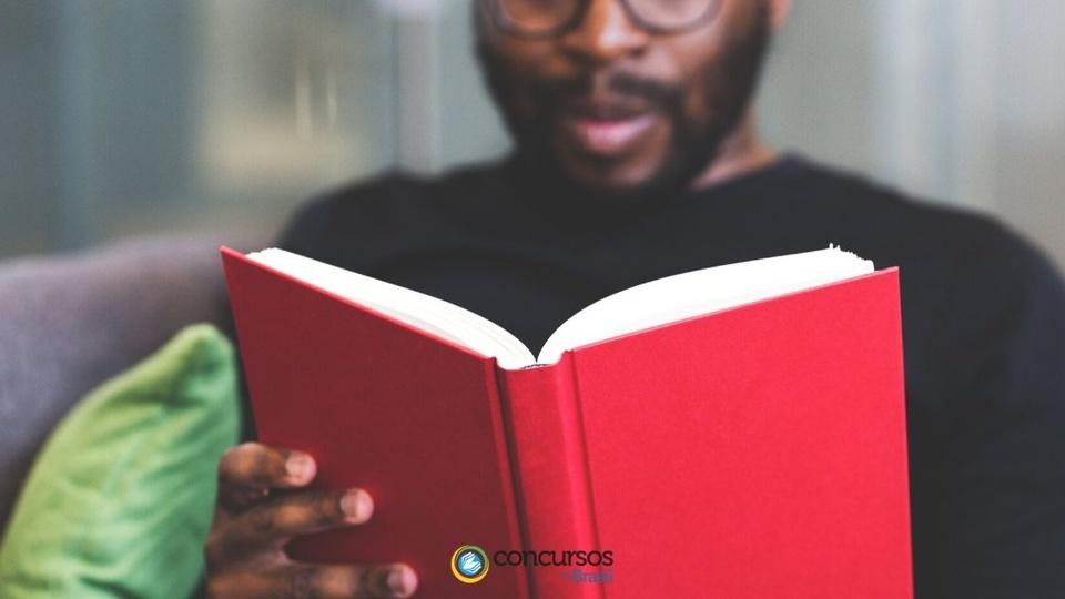 Prefeitura de Granito: a foto mostra um homem lendo um livro de capa vermelha