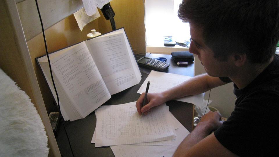 Processo seletivo Estágio TRF4, pessoa estudando
