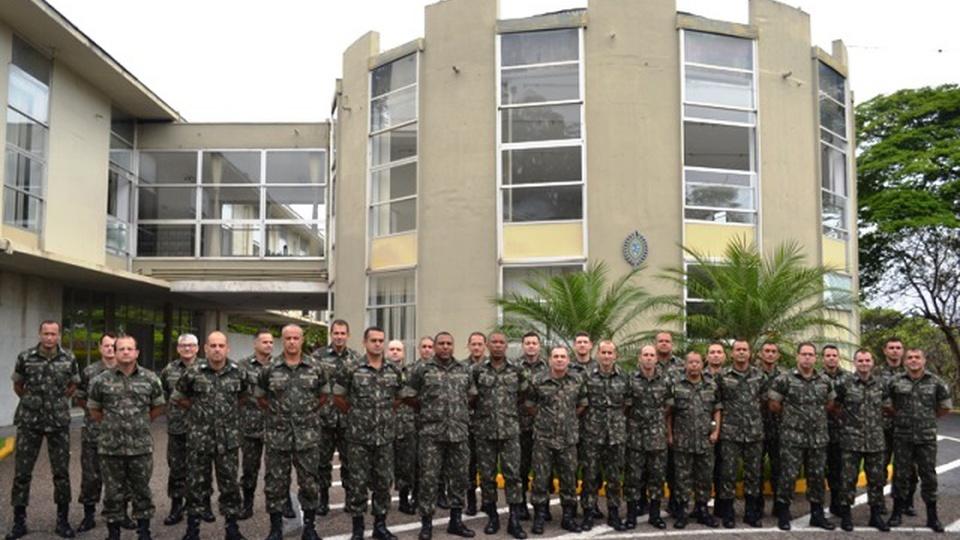 Processo seletivo Exército 4ª Região Militar, integrantes do exército alinhados em frente a um prédio