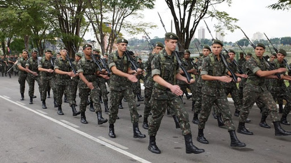 Processo seletivo Exército Brasileiro 2ª Região: engenheiros militares marchando em avenida de São Paulo