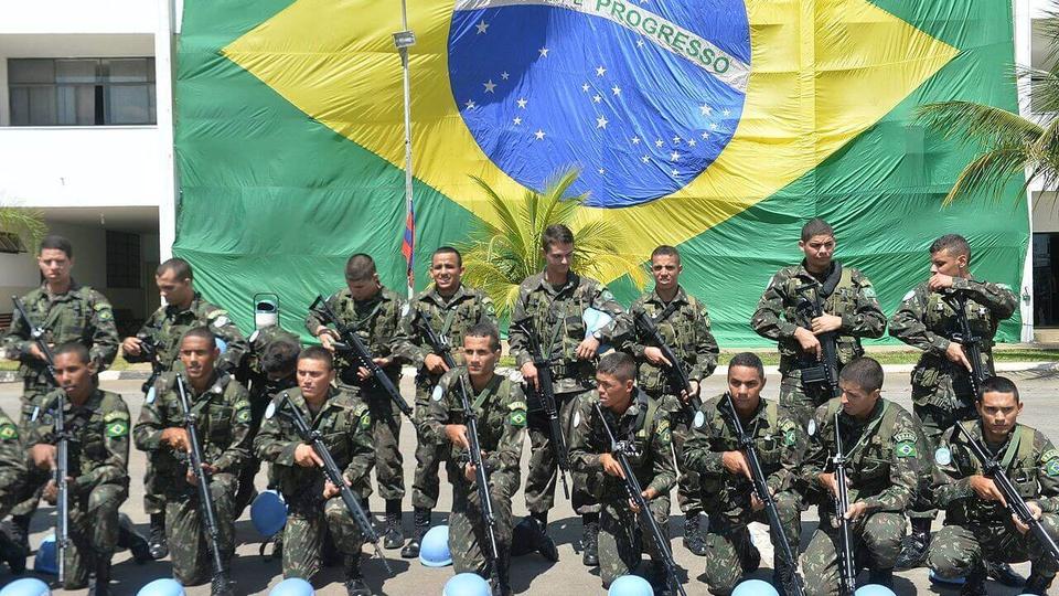 Processo seletivo Exército Brasileiro 7ª Região: soldados do exército brasileiro em frente à bandeira nacional