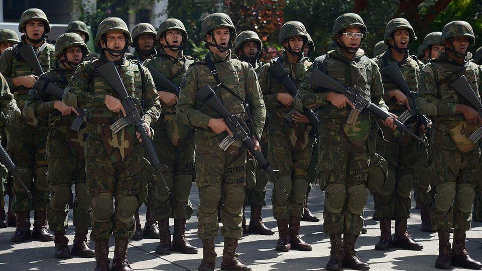 Processo seletivo Exército Brasileiro 9ª Região: oficiais do exército em posição segurando armas
