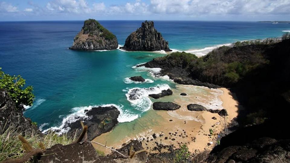 Processo seletivo Fernando de Noronha - PE: a foto mostra uma vista superior panorâmica das belezas naturais do arquipélago de Fernando de Noronha, no Pernambuco