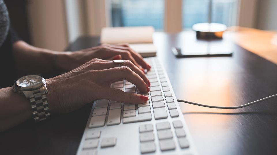 Processo seletivo FERSB SP: foco em mãos digitando em teclado de notebook