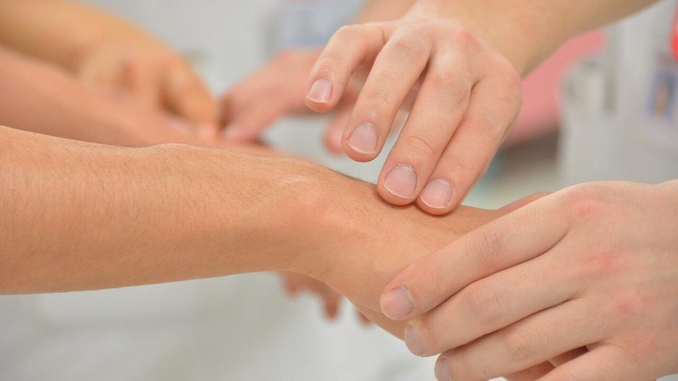 Processo seletivo FSPSS São Sebastião - SP: a foto mostra a mão de um profissional aferindo a pulsação cardíaca de uma pessoa