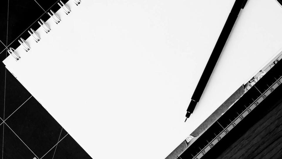 Processo seletivo Câmara de Santa Bárbara: a imagem mostra caderno aberto com caneta preta em cima