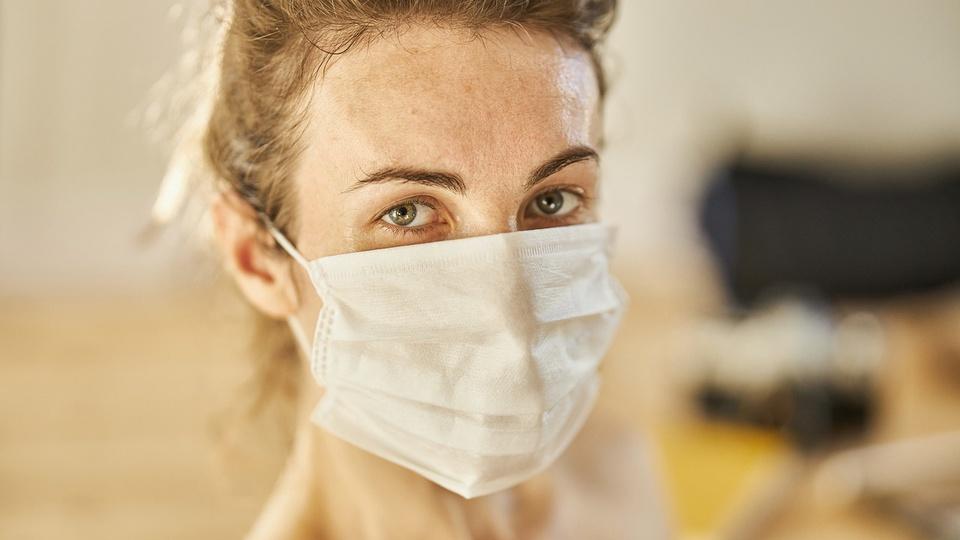 HOB: mulher com máscara de proteção