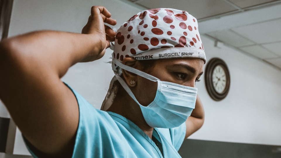 Processo seletivo IMIP BA: profissional da saúde colocando máscara hospitalar