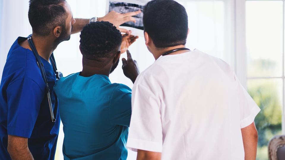 Processo seletivo incs - SP: homens da área da saúde analisando exame