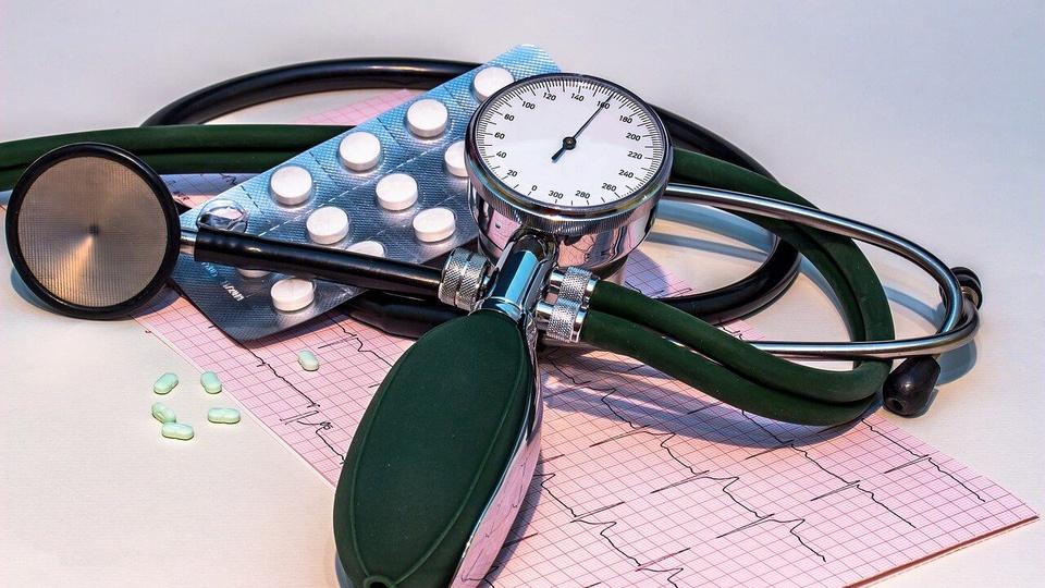 Processo seletivo Ministério da Saúde: estetoscópio, exame e remédios sobre a mesa