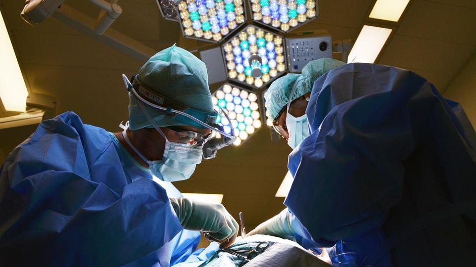 Processo seletivo Prefeitura de Anchieta: profissionais de saúde durante cirurgia