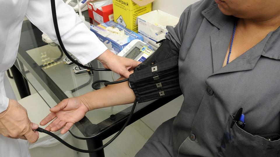 Processo seletivo Prefeitura de Antônio Prado - RS: profissional de saúde aferindo pressão
