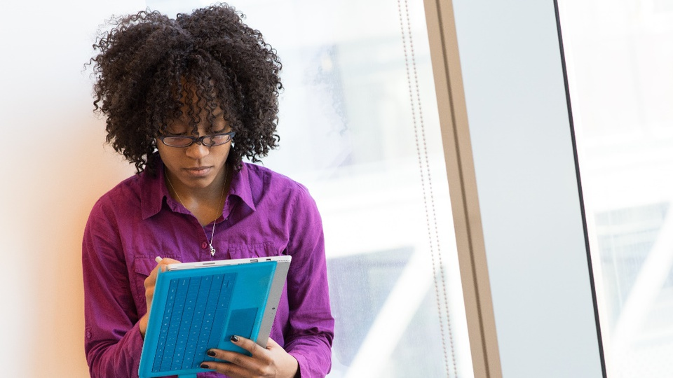 Processo seletivo Prefeitura de Arcos - MG: jovem usando tablet