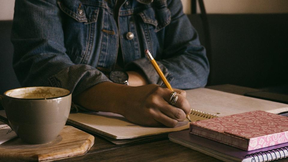 Processo seletivo Prefeitura de Buritis - MG; pessoa fazendo anotação
