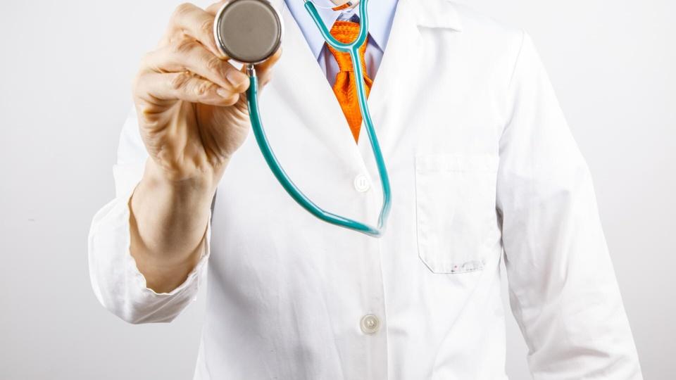 chamamento público Prefeitura de Simões: a imagem mostra profissional da saúde vestindo jaleco e apontando estetoscópio para frente como se estivesse fazendo um exame