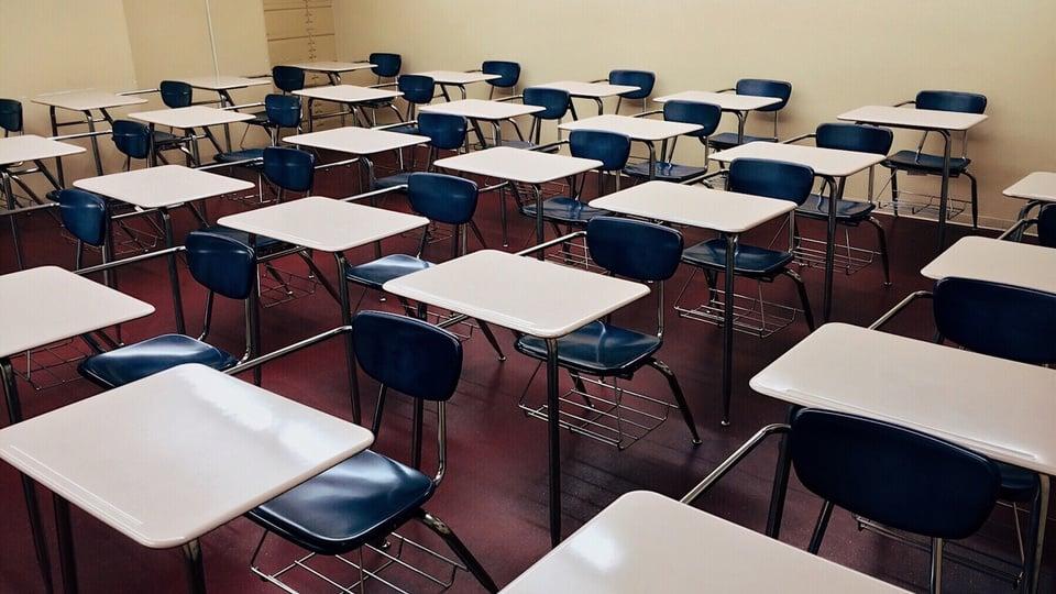 Processo seletivo Prefeitura de Careiro da Várzea - AM: sala de aula com carteiras vazias