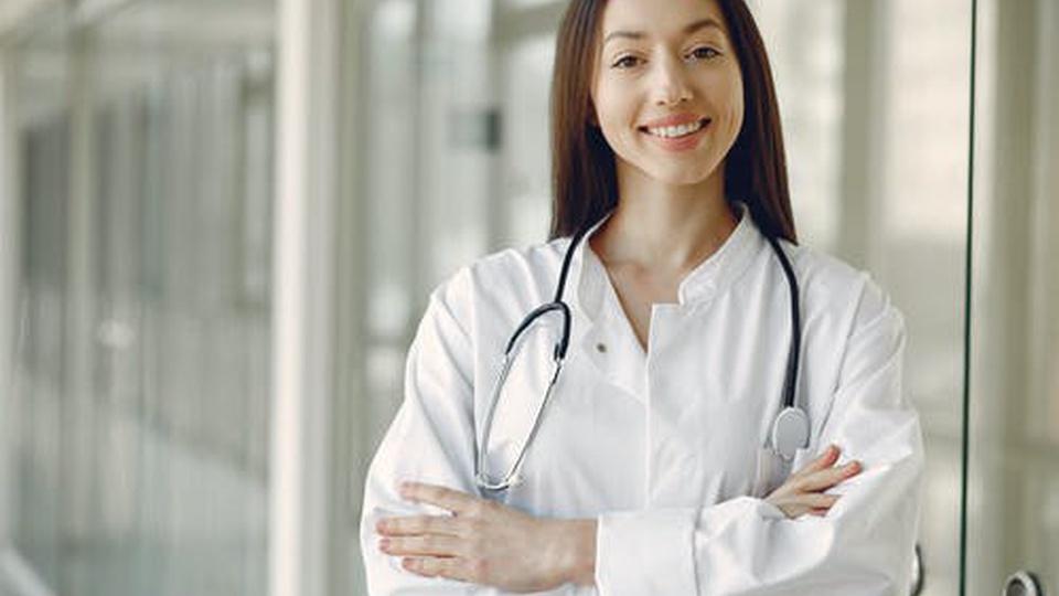 Processo Seletivo Prefeitura de Cerejeiras - RO: mulher, profissional da saúde, com estetoscópio no pescoço