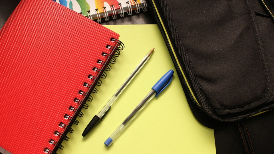 Prefeitura de Cotiporã: cadernos e canetas sobre mesa