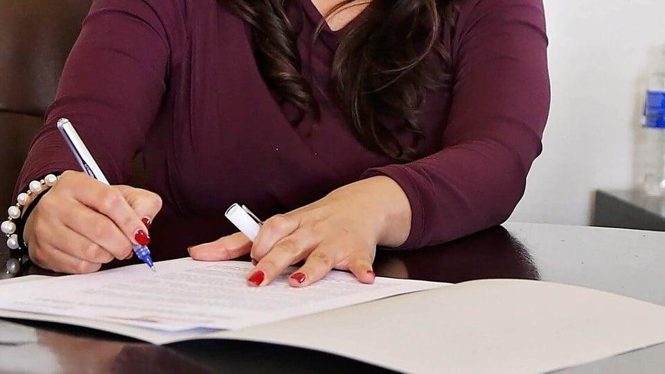 Processo seletivo Prefeitura de Fagundes Varela - RS: enquadramento em mão escrevendo em papel com caneta