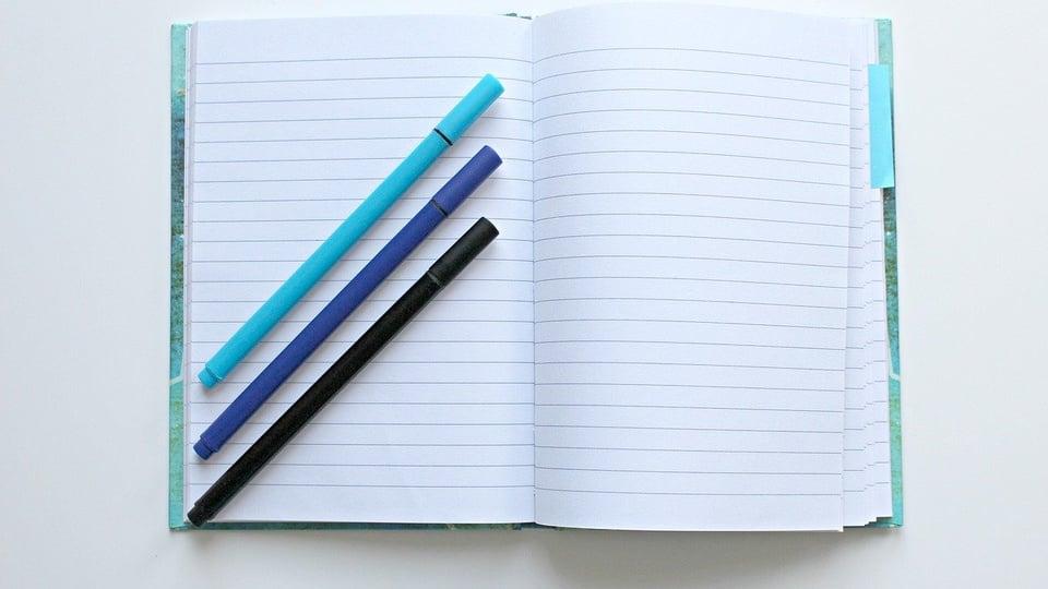 Processo seletivo prefeitura de Flor da Serra do Sul: a imagem mostra caderno aberto com três canetas azuis em cima