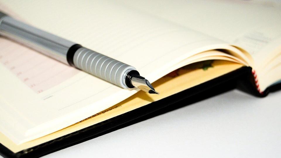 Processo seletivo Prefeitura de Governador Celso Ramos: a imagem mostra caneta sobre caderno aberto