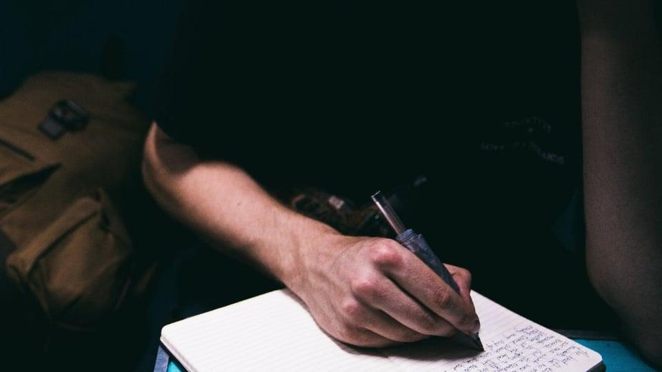 Processo seletivo Prefeitura de Guimarães - MA, pessoa fazendo anotação