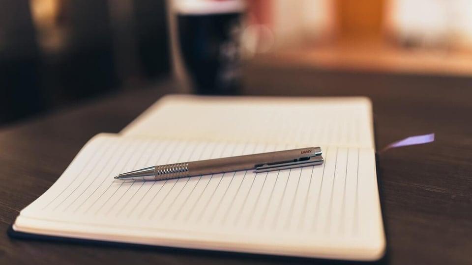 Processo seletivo Prefeitura de Inajá - PE: a imagem mostra caneta sobre caderno aberto em cima de mesa