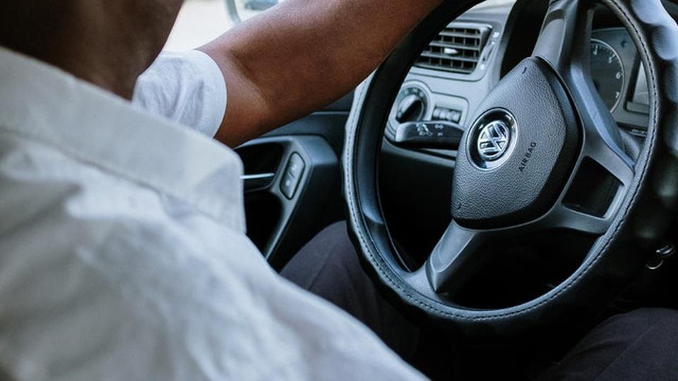 Processo seletivo Prefeitura de Itapoá -  imagem de um motorista com uma das mãos sobre o volante