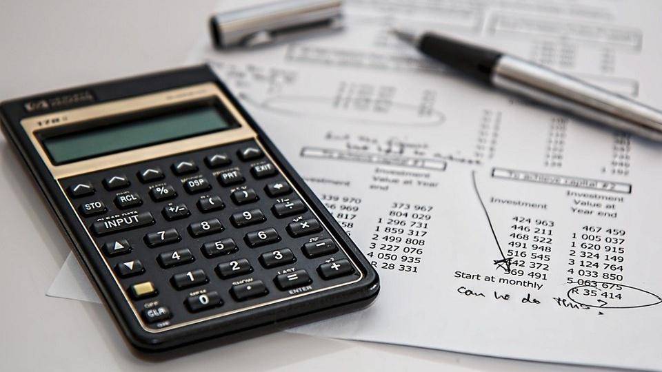 processo seletivo Prefeitura de Jaraguari: a imagem mostra calculadora e caneta aberta com tampa sobre papel