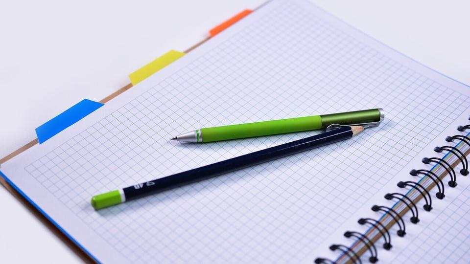 Processo seletivo Prefeitura de Lontras: a imagem mostra um caderno aberto com duas canetas em cima