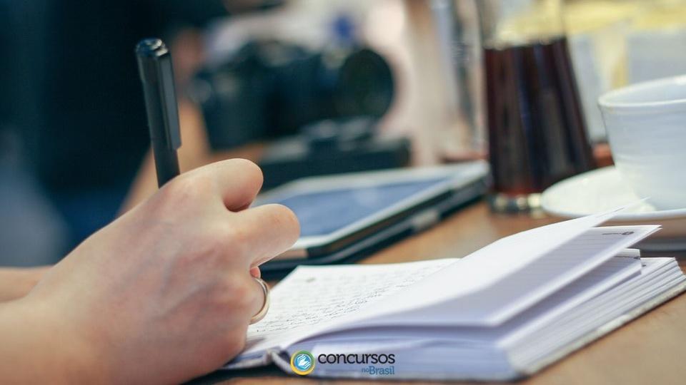 Processo seletivo Prefeitura de Montanha: foco em pessoa escrevendo em folha de papel