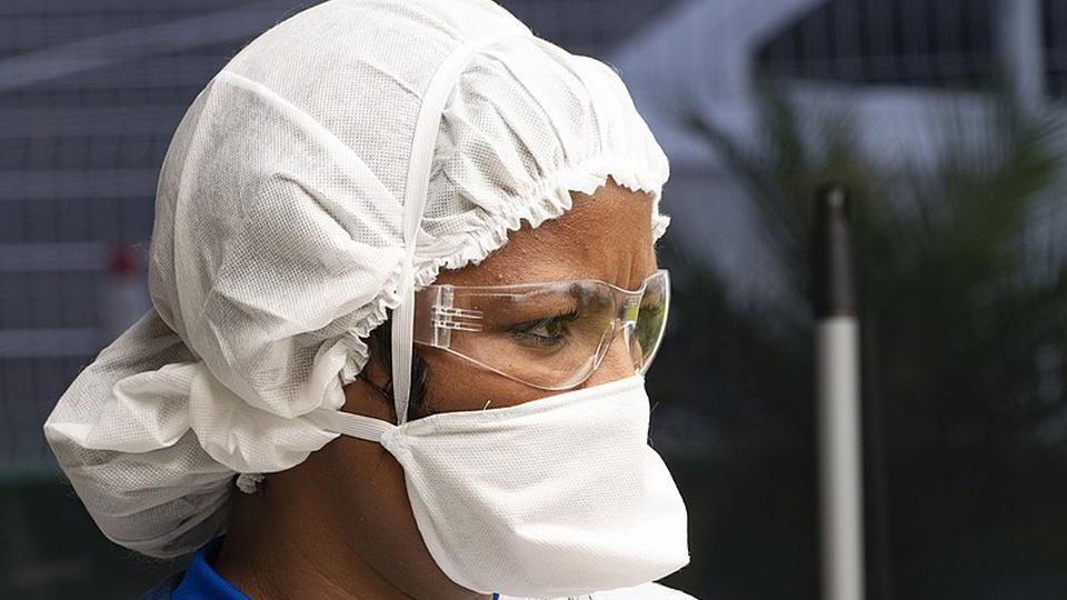 Processo seletivo Prefeitura de Monte Alto - SP: profissional da saúde com máscara e óculos de proteção