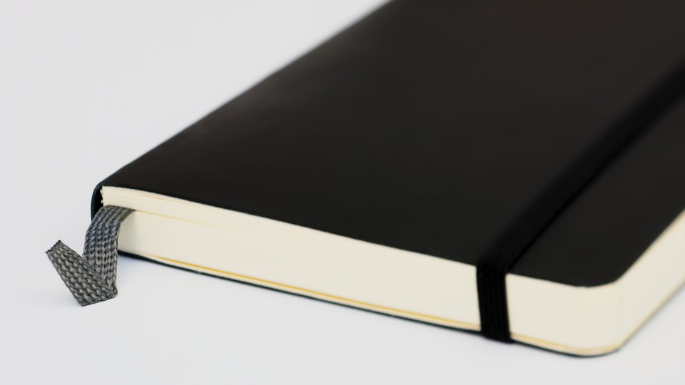 Processo seletivo Prefeitura de Morretes: a imagem mostra um caderninho de brochura capa preta fechado