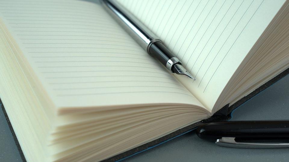processo seletivo Prefeitura de Palmitos: a imagem mostra caderno aberto com caneta destampada em cima