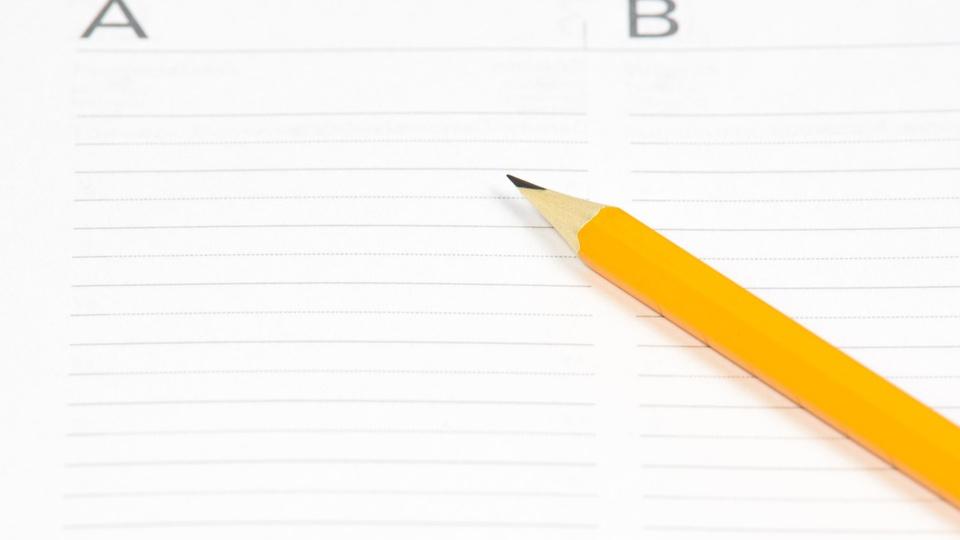 Processo seletivo Prefeitura de Paquetá: a imagem mostra lápis em cima de caderno