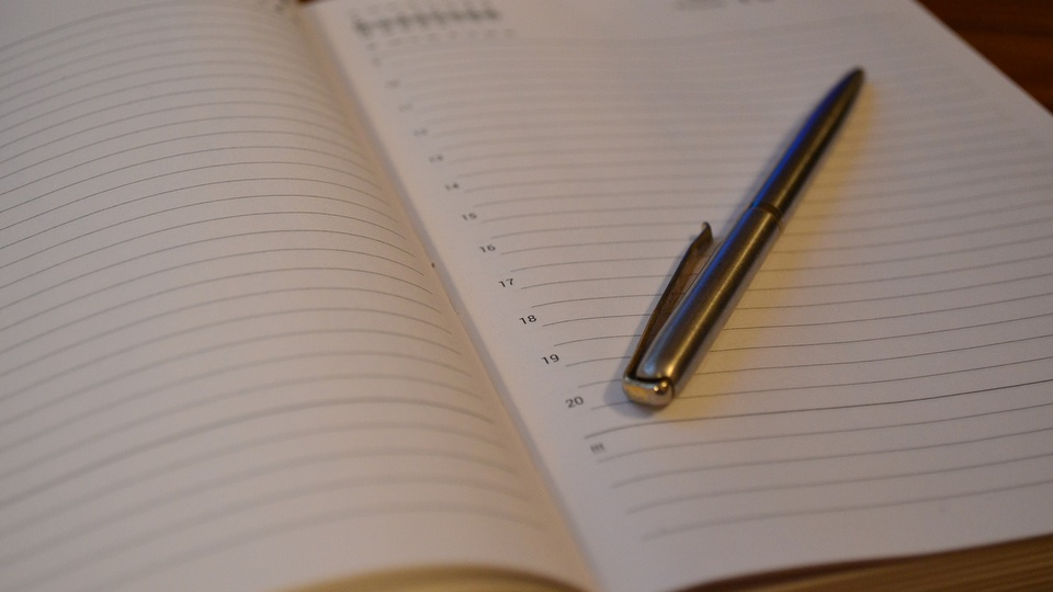 processo seletivo prefeitura de paramoti: a imagem mostra caneta em cima de agenda aberta