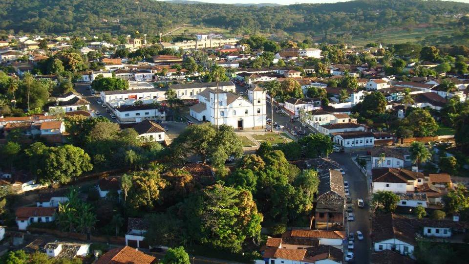 Processo seletivo Prefeitura de Pirenópolis: a imagem é a vista área do centro histórico de pirenópolis com destaque para a igreja matriz