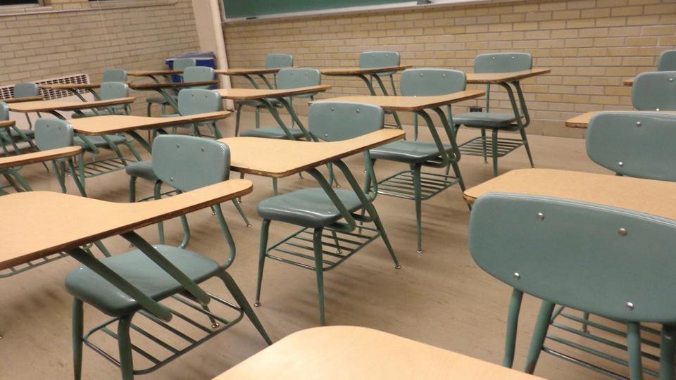Processo seletivo Prefeitura de Rolador - RS: sala de aula com carteiras vazias