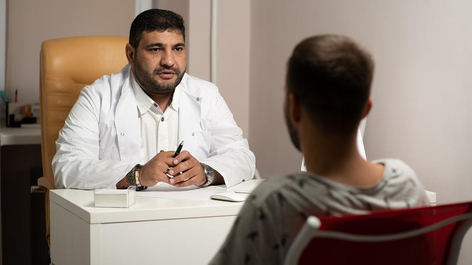 Processo Seletivo Prefeitura de Santa Lúcia - PR: psicólogo atendendo paciente em consultório